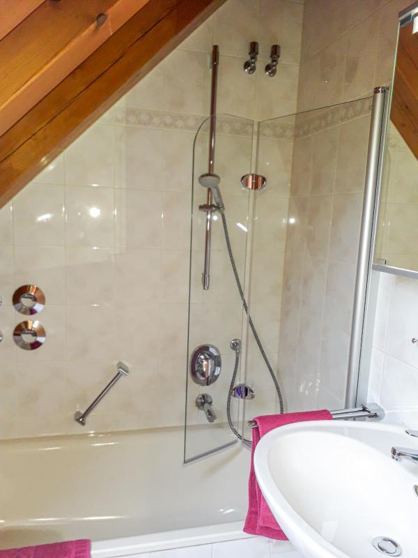 Bad im Obergeschoss - Badewanne mit Dusche